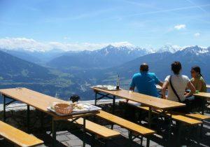 Bierzeltgarnitur mit Ausblick in die Berge