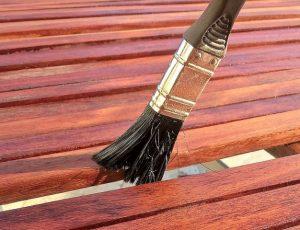 Holzpflege mit Lasur